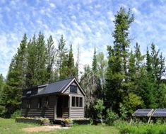 Do you have your bug out location picked already? Here are some good tips on what to keep in mind when picking out your bug out location. Prepping How to pick the perfect bug-out location Off Grid Tiny House, Tiny House Blog, Tiny House Living, Tiny House Plans, Living At Home, Tiny House Design, Living Room, Bug Out Location, Wyoming Mountains