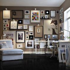 L'étagère Ikéa Ribba, au centre à gauche, permet de moduler les cadres en les changeant de place, sans faire de trous supplémentaires. L'accumulation sur un mur entier donne un style très fort à votre intérieur. L'unité se fait ici grâce aux cadres noirs et blancs très neutres.