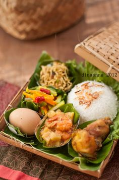 Homemade Heartmade: Nasi Berkat Indian Food Recipes, Asian Recipes, Thai Food Menu, Malaysian Food, Weird Food, Food Decoration, Indonesian Food, Food Plating, Food Presentation