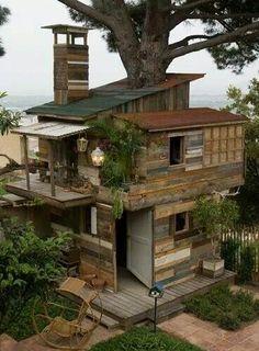 Dit huis is bijna helemaal opgebouwd uit hergebruikte materialen.