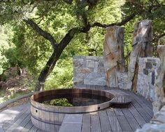 finnische badewanne rund terrasse integriert steinmauer
