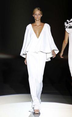 So chic / runway / dresses x fashion runway dress white gown White Fashion, Love Fashion, Runway Fashion, Womens Fashion, Fashion Design, Dress Fashion, Gucci Fashion, 70s Fashion, White Gowns
