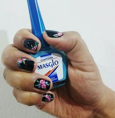 Nails with roses