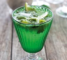Minty Mojitos are so refreshing on a summer's evening. Perfect for a weekend dinner party with friends. Party Food And Drinks, Fun Drinks, Yummy Drinks, Beverages, Liquid Lunch, Mojito Recipe, Alcohol Recipes, Saveur, Quick Easy Meals