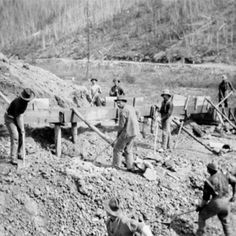 History of The Klondike Gold Rush History Class, World History, History Photos, History Facts, Panning For Gold, Cowboy Pictures, Gold Prospecting, Gold Rush, Old West