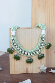 Collar babero Be Happy verde caramelo. Exclusivo por dosTeresas