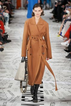 Stella McCartney Fall 2019 Fashion Show . Designer ready-to-wear looks from Fall 2019 runway shows from Paris Fashion Week Catwalk Fashion, Fashion Week, Paris Fashion, Winter Fashion, Fashion Trends, Stella Mccartney, Fashion Show Collection, Mode Style, Mannequins
