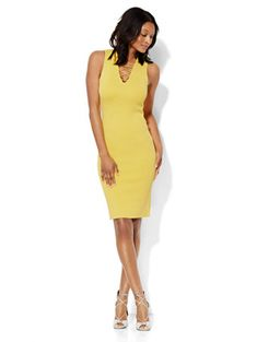 11/26/16  Brand/Designer: 20019673 Material: Nylon /Rayon Dress Silhouette: Bodycon Shoulder: Sleeveless Neckline: V-Neck Skirt: Pencil Skirt Closure/Back: Lace Up Machine Wash Size Category: Petite Available Colors: Delightful Daisy