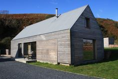 """""""traditional"""" 'tin' roof, invisible gutters, wide openings with sliding wall shutters, concrete base. Wooden Cladding, Wooden Facade, Cedar Cladding, Contemporary Barn, Modern Barn, Modern Farmhouse, Vernacular Architecture, Architecture Details, Building A Pool"""