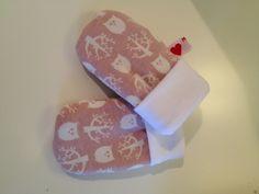 Pilligt att göra men ack så söta när de är klara :-). Ett par fleecefodrade bebisvantar matchande till en mössa i samma tyg (mössan har jag ...