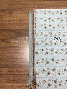 파우치 만들기 ( 과정샷 ) : 네이버 블로그 Clutch Bag Pattern, Pattern Fashion, Diy And Crafts, Quilts, Tote Bag, Wallet, Purses, Sewing, How To Make