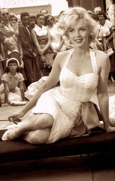 MARILYN MONROE putting her hands & feet into cement at the Chinese Theater in Los Angeles on June 27 1953. For the film Gentlemen Prefer Blondes. from GENTE MESE Hollywood anno X111 Marzo 1998. Milano Italy. (please follow minkshmink on pinterest) #marilynmonroe