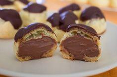 I bignè con crema al cioccolato sono dolcetti ideali per concludere un pasto e adatti a ogni occasione. Scopri la ricetta per farli in casa!