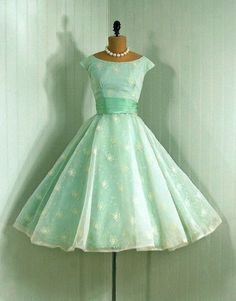 Love the retro, love the color, the epic full skirt......eeh, not so sure about. ;D