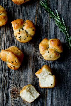 Rosemary Garlic Brown and Serve Rolls