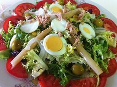 Easy recipe to prepare Mediterranean salad, a fresh starter typical of the Spanish cuisine. Great Recipes, Vegan Recipes, Favorite Recipes, Clean Eating, Healthy Eating, Meal Planner, Light Recipes, Vegetable Recipes, Food Photography
