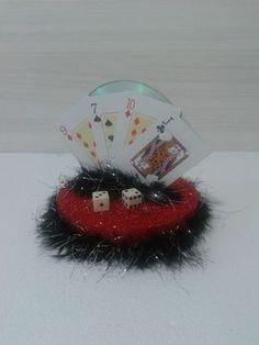 Enfeite de mesa -Las Vegas | Magiarte Decorações | Elo7                                                                                                                                                                                 Mais Casino Party, Christmas Bulbs, Holiday Decor, Harley Quinn, Glitter, Events, Party Favors, Casino Decorations, Las Vegas Party