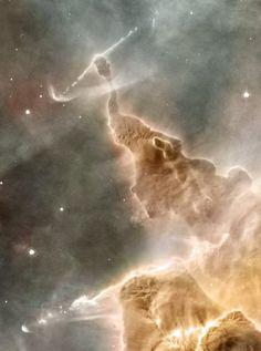 Pilar de Polvo en la Nebulosa de Carina. Es un pilar estático de gas y polvo, dentro de la cabeza se encuentra una estrella que lo está destrozando. La estrella está estallando parcialmente, emitiendo energéticos chorros de partículas. Las estrellas vencerán finalmente, destruyendo los pilares y acabarán formando un nuevo cúmulo abierto. Los puntos rosados son estrellas recién formadas. Los chorros de emisión son Objetos Herbig-Haro. En la parte inferior un segundo Objeto HH impresionante.