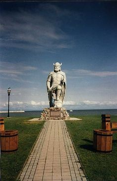 Gimli, Manitoba, has the largest Icelandic population outside of It boasts a tall Viking statue that stands by Lake Winnipeg. This monument commemorates the first European explorers in Canada. Vikings, Lake Winnipeg, Ontario, Viking Life, O Canada, Roadside Attractions, Places To See, Beautiful Places, Around The Worlds