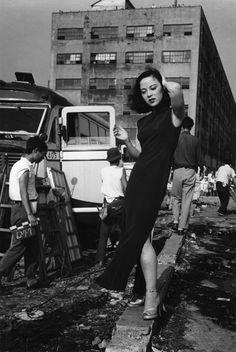 Ken Domon L'attrice Yamaguchi Yoshiko [The actress Yoshiko Yamaguchi] 1952 535 x 748 mm. Ken Domon Museum of Photography / Art Blart Japanese Photography, Vintage Photography, Street Photography, Photography Ideas, Old Pictures, Old Photos, Vintage Photos, Yamaguchi, Pont Des Arts Paris