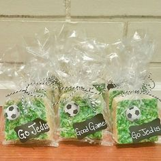 rice Krispy treats with green sugar and cute packaging :) Soccer Treats, Soccer Snacks, Sports Snacks, Team Snacks, Soccer Gifts, Soccer Locker, Soccer Baby, Soccer Theme, Soccer Birthday
