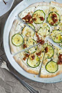 Knuspriger Flammkuchen mit Zucchini und getrockneten Tomaten