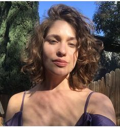 Lola Kirke - Perms are so 30 years ago, right? Not so fast. After years of pin-straight hair and laid-back beachy waves, bouncy curls are making a comeback. Thin Curly Hair, Short Wavy Hair, Curly Hair Styles, Medium Curly, Pretty Hairstyles, Bob Hairstyles, Straight Hairstyles, Long Permed Hairstyles, Wedding Hairstyles