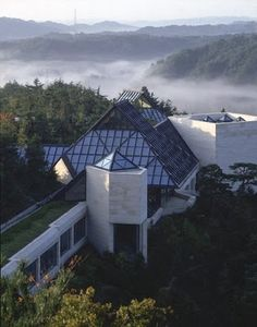 Some day I must see the Miho Museum by architect I. M. Pei (south-east of Kyoto). Amazing Architecture, Modern Architecture, Beautiful Buildings, Beautiful Places, Amazing Places, Suzhou Museum, Miho Museum, Louvre Pyramid, Around The Worlds