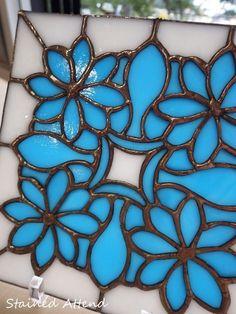 """StainedGlass:StainedAttendhttp://stainedattend.com/M.I様作品ハワイアンキルト風のデザインでステンドグラスパネルを制作されました。素敵ですね♪本日は、I様制作のブルー系のガラスを使ったステンドグラス小物をご紹介いたします。ターコイズブルーがホワイトのバックで引き立っています。ハンダもピカピカです^^シェルのおやすみランプ。贈り物に…*ミルフィオリのお箸置き。ブルー系の花や星模様がたくさん詰まっています♥ブルズアイの細かいガラスやフリットを使ったフュージングの小皿。(7cm×7cm)*****M.T様一日体験""""小さなパネルA""""◇ステンドグラス一日体験のご案内◇http://stainedattend.com/a_workshop.html◇ガラス・工具等の販売も...ブルーのガラス小物(10/24)"""