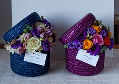 Hat boxes with flowers Created and designed by 'Flowers by Ana' – Orchidee Flower Bouquet Boxes, Flower Box Gift, Flower Frame, Flower Vases, Flower Art, How To Wrap Flowers, How To Preserve Flowers, Party Decoration, Flower Decorations