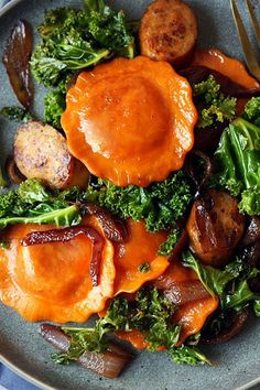 This quick and easy 20-minute butternut squash ravioli recipe incorporates chicken sausage and kale to create the ultimate fall recipe meets comfort food. Whether you're looking to eat this pasta recipe as a quick weeknight dinner or pack it for lunch the next day, it's a great choice for a butternut squash recipe. #butternutsquashrecipes #butternutsquash #raviolirecipes #pastarecipes #italianrecipes #fallrecipes #comfortfood