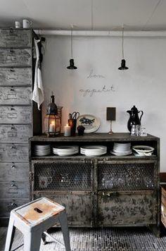 liker blandingen av gammelt og nytt - på kjøkkenet f eks bytte ut skap seksjonen nærmest tv stua...