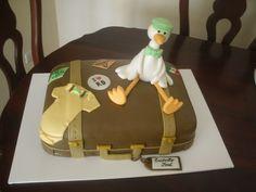 Bizcocho, tarta, pastel para baby shower con cigüeña sobre una maleta. Cake for baby shower stork on a suitcase.