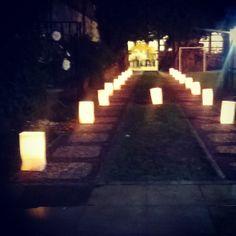 #BodasDeOro :) camino hecho con velas dentro de una bolsa de papel. Gardens, Paper Purse, Golden Wedding Anniversary, Candles, Drive Way, So Done, Ornaments, Paper Envelopes