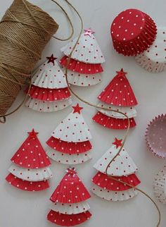 DIY Christmas tree ornaments Ideas made of paper, Christmas decorations made by hand, garland made of muffin paper Diy Christmas Tree Garland, Elegant Christmas Decor, Christmas Crafts For Kids, Beautiful Christmas, Holiday Crafts, Christmas Diy, Christmas Decorations, Christmas Ornaments, Homemade Christmas