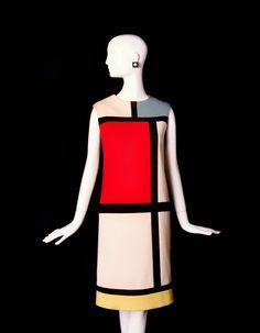 Robe de cocktail Yves Saint Laurent, collection automne-hiver 1965-1966 en hommage à Piet Mondrian http://www.vogue.fr/mode/news-mode/diaporama/le-bowes-museum-celebre-yves-saint-laurent-exposition-style-is-eternal/21925#!3