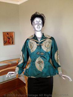 1950er Jahre glamouröse Dynastie Smaragd grün und Gold Satin Brocade Dolman Sleeve Shirt Jacke mit Fishtail Flair-S