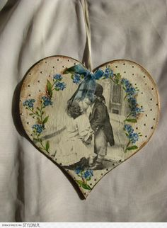 Stylowa kolekcja inspiracji z kategorii Design Decoupage Art, Decoupage Vintage, Valentine Crafts, Christmas Crafts, Valentines, Hobbies And Crafts, Arts And Crafts, Fabric Hearts, Wooden Ornaments
