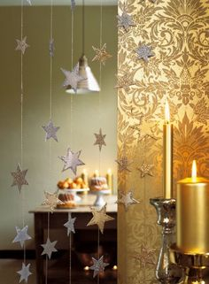 During the holiday season, go from one room to the other across the Milky Way, with this glittering curtain air! Clinging to a narrow wooden rod the width of the door or why not in front of a window, golden bear a son magical constellation. Carried out in thin cardboard, painted in gold and silver and embellished with sequins assorted stars are glued in pairs to cover the wire that carries. Allow at least 200 stars for a beautiful effect, double cutting ... On your scissors!