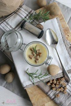 Kartoffel-Sahne-Suppe mit etwas Zwiebeln, Lauch und selbstgemachten Croutons - http://ullatrullabacktundbastelt.blogspot.de/2016/01/kartoffelsuppe-mit-lauch-und-croutons.html