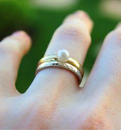 Anel de pérola em ouro amarelo 18k e anel martelado em prata 960. Joias delicadas para serem usadas no dia a dia. Escolha o material que você prefere. Prata, ouro amarelo, ouro rosé ou ouro branco.