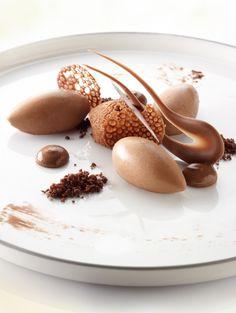 Bereiden:Maak de chocolademousse:Klop het water met de eidooiers los, voeg de suiker toe. Breng het mengsel tot een temperatuur van 85°C, giet in de keukenrobot en klop luchtig in ca. 10 minuten.Smelt voor de ganache de chocolade druppels in de magnetron.Breng 190g room aan de kook en roer door de gesmolten chocolade. Klop 650g room lobbig en spatel door het beslag. Laat de mousse 3 u opstijven in de koelkast.Maak de chocoladetaartjes: