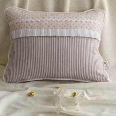 Cojin Cuna Minerva Cute Pillows, Bed Pillows, Cushions, Easy Hand Quilting, Pillow Inspiration, Cute Quilts, Jute Bags, Sewing Pillows, Sewing Rooms