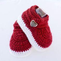 Zapatos de chica de bebé, botitas de bebé niña, zapatos de la muchacha, Prop foto, regalos de bebé, zapatos de la muchacha blanca, bebé niña regalo, San Valentín zapatos, zapatos rojo.  ¿Te gusta el aspecto de diminutas botas en un bebé, pero odian lo difícil que están en sus pies minúsculos? Estos adorables botas de ganchillo son la solución!  Tienen una doble suela para mantener calientes los dedos de los pies pequeños y no suela dura lastimar pies delicados del bebé. El hilo es super…