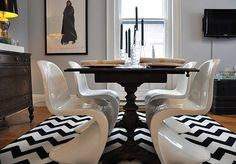 Chic and modern - white chairs with dark dining room table and zigzag rug. Dining Room Design, Dining Room Table, Dining Rooms, Black And White Dining Room, Black White, Dark Table, Living Room Carpet, Interior Design Tips, Design Ideas