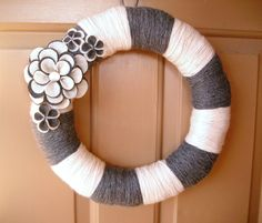 Striped Yarn Wreath DIY with felt flowers - home decor, handmade felt wreath Felt Wreath, Wreath Crafts, Diy Wreath, Yarn Crafts, Yarn Wreaths, Wreath Ideas, White Wreath, Wreath Making, Sewing Crafts
