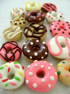 A great assortment of different flavored donuts for your crafting projects! These donuts would be great for your dollhouse, jewelry projects, Cute Polymer Clay, Cute Clay, Polymer Clay Miniatures, Fimo Clay, Polymer Clay Projects, Polymer Clay Charms, Polymer Clay Creations, Polymer Clay Jewelry, Clay Crafts