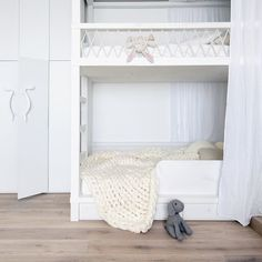 We have a crush on these beautiful merino wool blankets by Ohhio! They are such a beautiful element for every children's room. This one fits perfectly into this cozy white room with a bunk bed!  You want to see more of Ohhio? Check out our website!