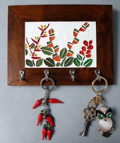 Alpínias e helicônias decoram esse porta chaves em madeira natural, dando um ar alegre e leve ao seu ambiente!