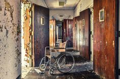 Photographer Matt Van der Velde hopes that by highlighting the abandoned mental health hospitals, he will help preserve many of the historical buildings that would otherwise be demolished Real Ghost Pictures, Ghost Photos, Old Hospital, Abandoned Hospital, Abandoned Asylums, Abandoned Places, Old Buildings, Abandoned Buildings, Real Haunted Houses
